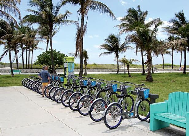 Andando de bicicleta DecoBike em Miami Beach