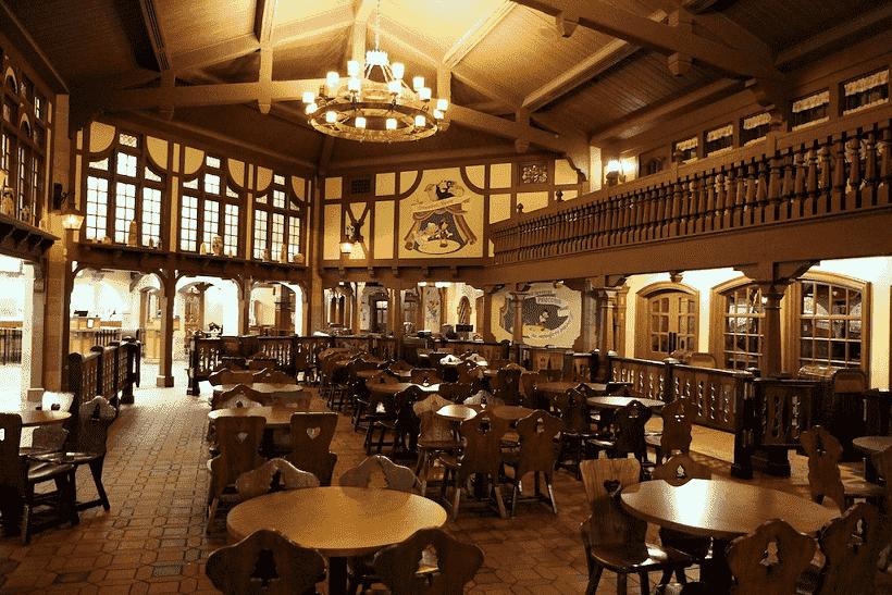 Como é o restaurante Pinocchio Village Haus na Disney