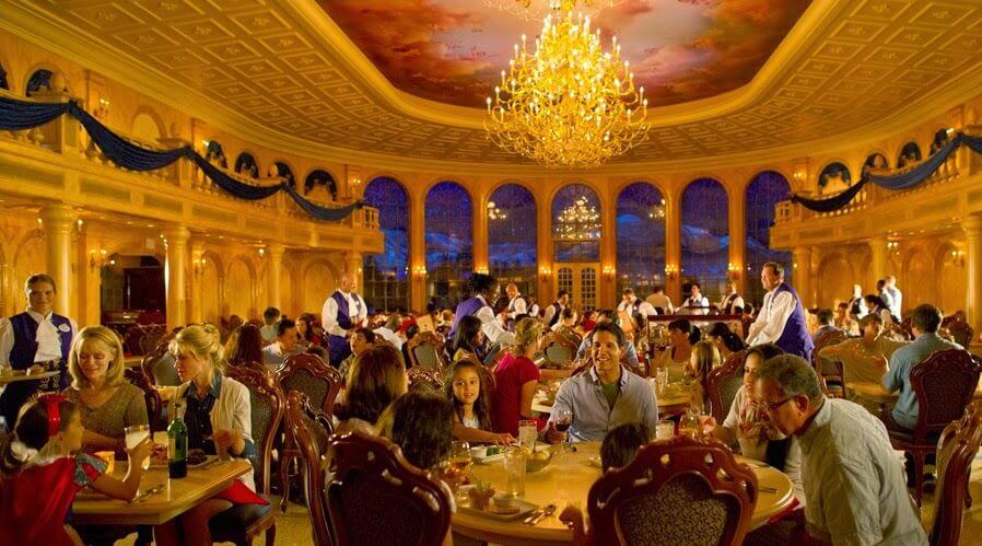 Interior do restaurante Be Our Guest da Bela e a Fera na Disney Orlando