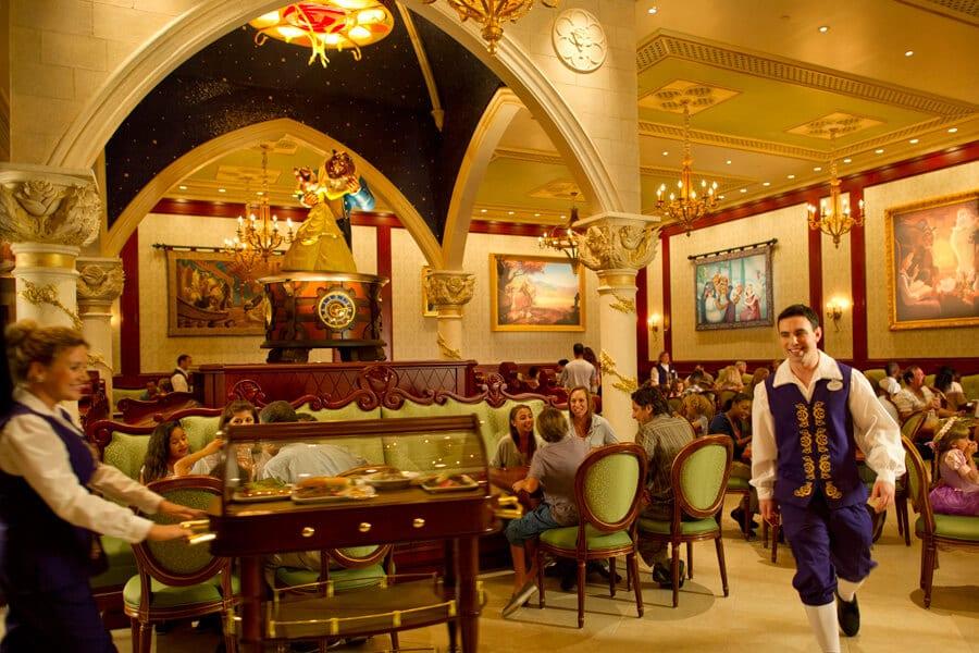 Um dos salões do Sobremesa do Restaurante Be Our Guest da Bela e a Fera na Disney Orlando
