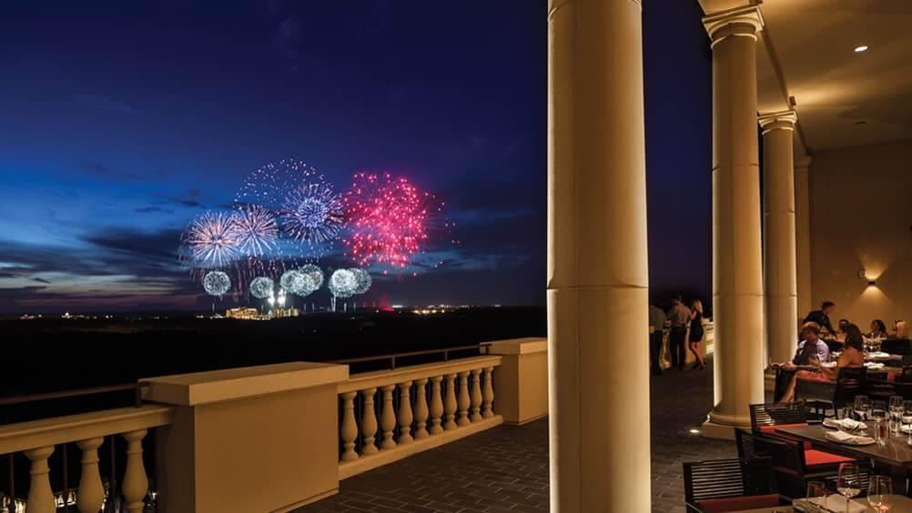 O show de fogos de Ano Novo da Disney Orlando visto de longe
