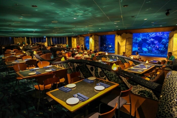 Interior do restaurante Coral Reef no Epcot em Orlando