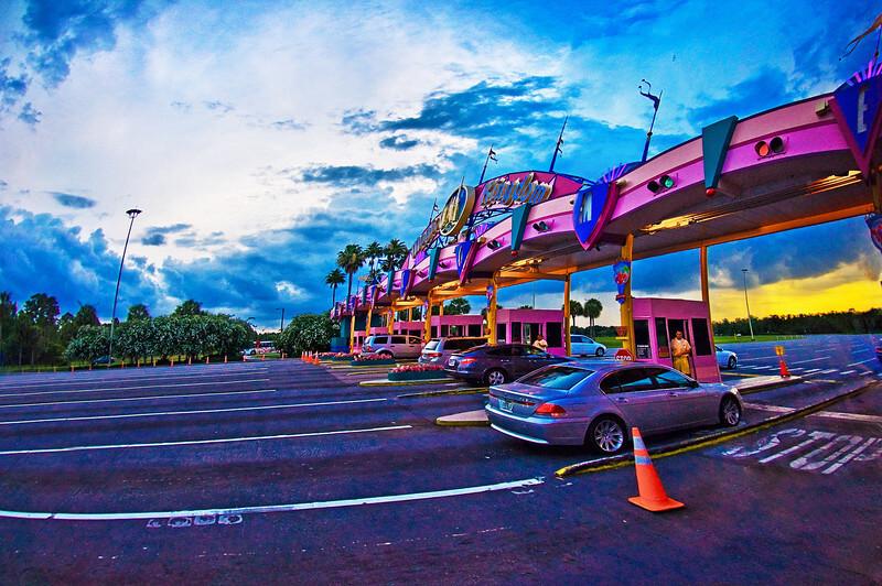 Carros entrando na Disney