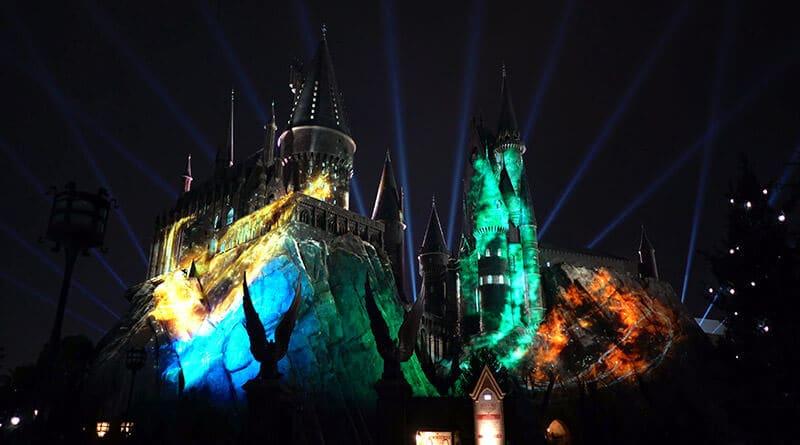 Luzes das quatro casas de Hogwarts no show noturno de Harry Potter