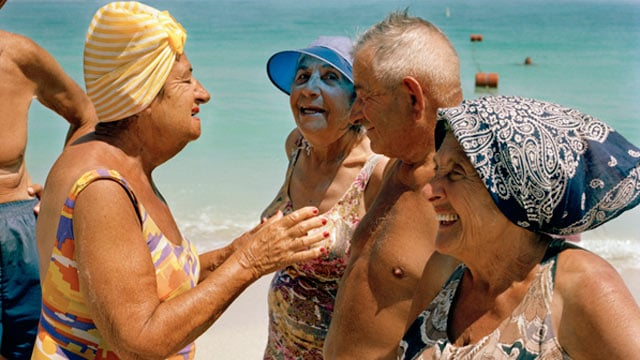 Idosos em praia de Miami