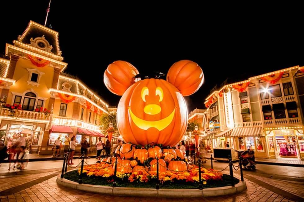 Decoração do Mickey no Halloween do Parque Magic Kingdom em Orlando