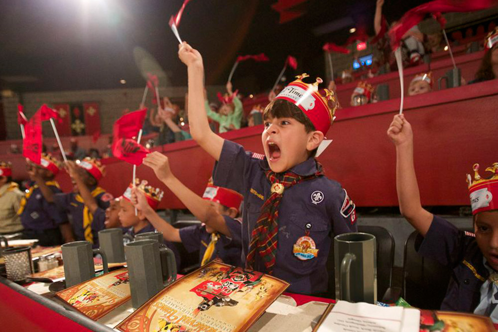 Crianças no jantar Medieval Times com duelo de cavaleiros em Orlando