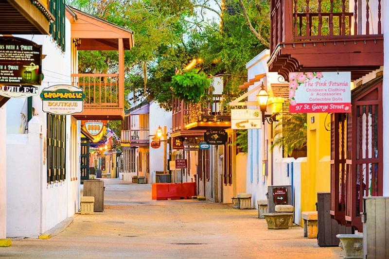 Rua de lojas em Saint Augustine