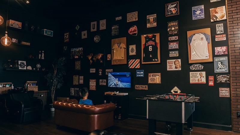 Ambiente da barbearia de brasileiros Ultimate Cave em Orlando