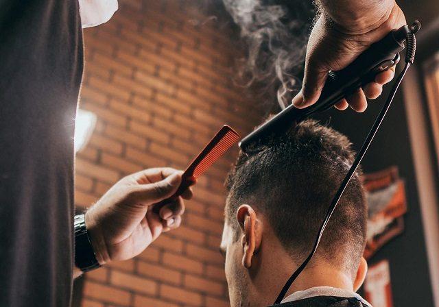 Barbearia de brasileiros Ultimate Cave em Orlando