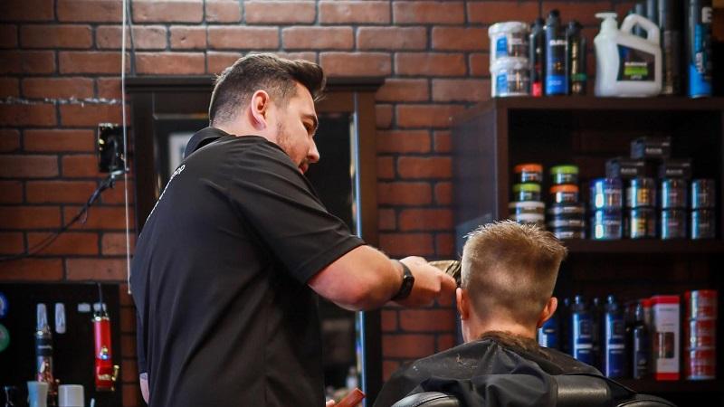 Corte de cabelo na barbearia de brasileiros Ultimate Cave em Orlando
